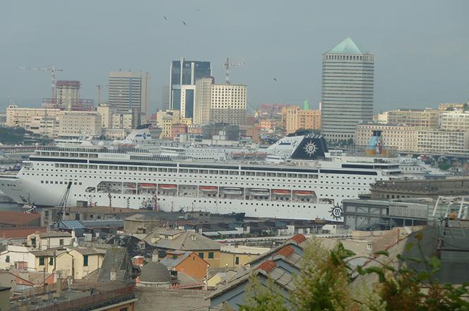 Genova_2_A ship in town
